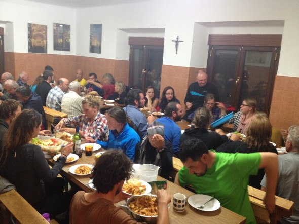 Lively group dinner at the donativo albergue in Bercianos!