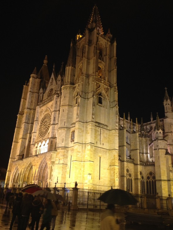 Catedral Pulchra Leonia takes up the whole east side of Plaza Regal; it was beautiful in the rainy night!